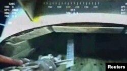 Роботы ставят заглушку на подводную нефтяную скважину.