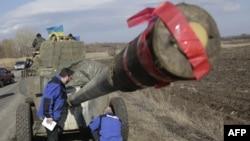 Спостерігачі ОБСЄ на місці відведення озброєння українською армією, Соледар Донецької області, 27 лютого 2015