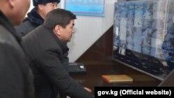 Премьер-министр Кыргызской Республики Мухаммедкалый Абылгазиев ознакомился с работой проекта «Безопасный город» в городе Кочкор-Ата. 20 декабря 2019 года.