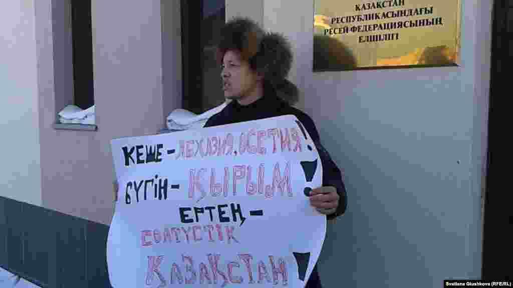 """11 наурызда Астананың әкімшілік соты азаматтық белсенді, """"Антигептил"""" қозғалысының мүшесі Махамбет Әбжанды жеті күнге қамауға шешім шығарды. Сот оны """"заңсыз жиын ұйымдастырып өткізгені үшін айыпты"""" деп таныды. Әбжан наурыздың 3-і күні Ресей елшілігінің алдында Украина аумағына ресейлік әскерилердің енуіне наразылық акциясына қатысқаны үшін әкімшілік сотқа тартылды."""