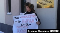 Гражданский активист Махамбет Абжан проводит акцию протеста у посольства России в Казахстане. 3 марта 2014 года.