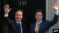 Прем'єр-міністр британського уряду Девід Кемерон (ліворуч) та його заступник Нік Клеґґ