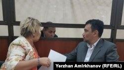 Осуждённый инспектор по труду профсоюза нефтесервисного предприятия Oil Construction Company (OCC) Нурбек Кушакбаев (в центре) в суде рядом с адвокатами. Астана, 1 июня 2017 года.