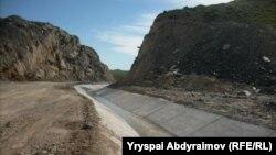 Қырғызстанның шекара маңындағы каналдарының бірі (Көрнекі сурет).