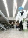 Ухань вважають епіцентром поширення вірусу. На фото: мешканці міста йдуть торговою вулицею