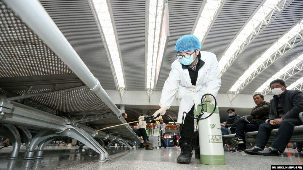 У китайському місті Наньчан (провінція Цзянсі) працівники додатково дезінфікують залізничну станцію