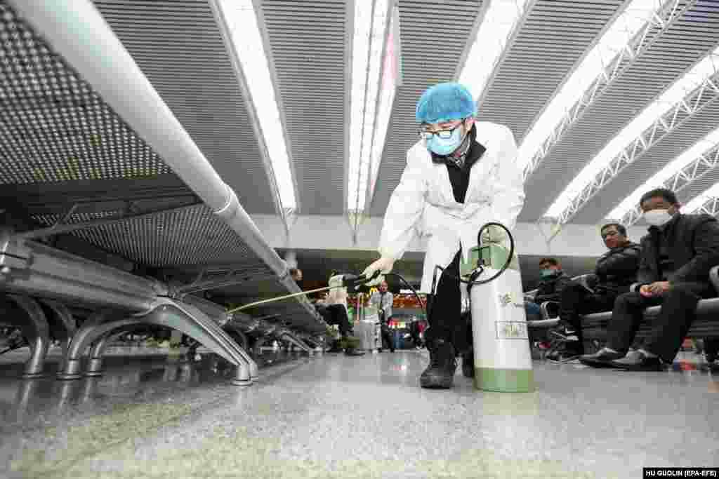 На железнодорожных вокзалах проводят дезинфекцию. Это вокзал в городе Наньчан. 22 января 2020 года.