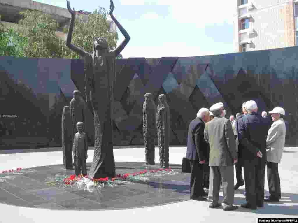 Монумент жанында кездескен Астана тұрғындары.