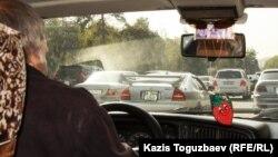 Мужчина за рулем автомобиля. Иллюстративное фото.