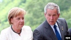 جرج بوش و آنگلا مرکل در توکیو. (عکس:EPA)
