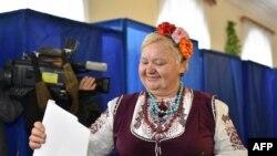 Женщина в традиционном украинском костюме на выборах 25 октября в Киеве