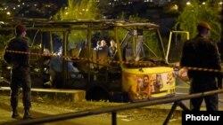 Жарылған автобус маңында тұрған полиция. Ереван, 25 сәуір 2016