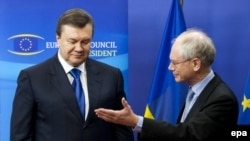 Президент Європейської ради Герман Ван Ромпей вітає Президента України Віктора Януковича в Брюсселі, 1 березня 2010 року