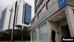 У столиці Нікосії, як і на всьому Кіпрі, в очікуванні на рішення парламенту про податок закриті всі банки, в тому числі й російські, 19 березня 2013 року