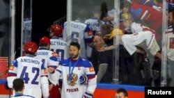 Lojtarët rusë duke u larguar nga akulli pas humbjes së thellë në ndeshjen finale kundër Kanadasë me rezultat 1:6 në Pragë