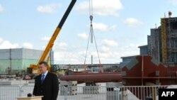 """Ukainanyň prezidenti W.Ýanukowiç """"Çernobyl"""" stansiýasynyň weýran bolan reaktorynyň daşyna täze germew gurmaklyga """"pata"""" berýär. 26-njy aprel, 2012."""