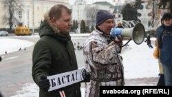 Актывіст АГП Аляксандар Кабанаў (з мэгафонам) у часе «Маршу недармаедаў» 26 лютага ў Берасьці