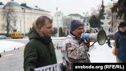 Аляксандар Кабанаў (з мэгафонам) у часе «Маршу недармаедаў» 26 лютага ў Берасьці