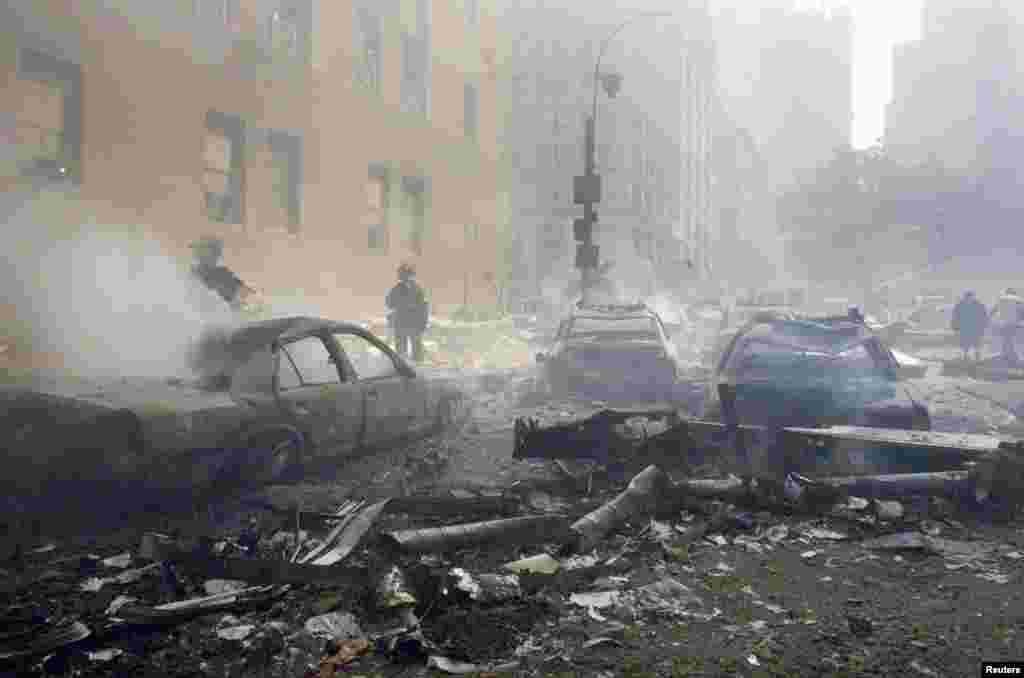Аўтамабілі дагараюць на вуліцах паблізу ад разбуранага Ўсясьветнага гандлёвага цэнтру, 11 верасьня 2001 году.