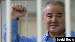 """Омурбек Текебаев, Қырғызстандағы """"Ата Мекен"""" партиясының қамаудағы лидері."""