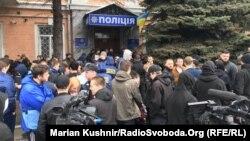 Представники «Національного корпусу» під відділком поліції у Києві, 12 березня 2020 року