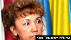 Шолпан Уйсенбаева, жена заключенного Омиргали Уйсенбаева, проходившего лечение в тюрьме-лечебнице Степногорска, говорит журналистам в пресс-клубе, что ее мужа там жестоко избивали. Алматы, 13 сентября 2010 года.