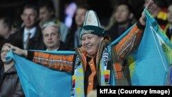 Футбольный фанат на матче Казахстан - Германия. Астана, 27 марта 2013 года.