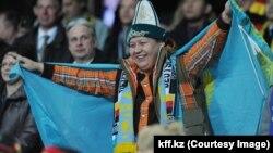 Астана стадионында Қазақстан мен Германия құрамаларының ойынына келген қазақ жанкүйері. 27 наурыз 2013 жыл. (Көрнекі сурет)