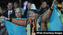 Болельщик с флагом Казахстана во время матча между сборными Казахстана и Германии. Астана, 27 марта 2013 года.