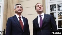 Президенты России и Армении Дмитрий Медведев (справа) и Серж Саркисян