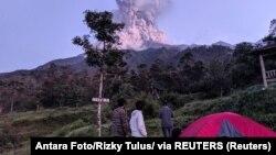 Turisti gledaju erupciju vulkana Merapi u Indoneziji početkom marta 2020.