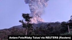 Индонезиядагы вулкан. Иллюстрациялык сүрөт