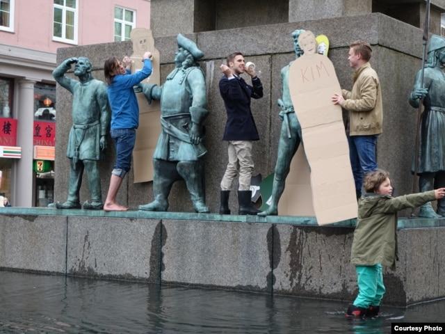 Акция у военно-морского памятника в Бергене. 8 мая 2015 года. Фото автора