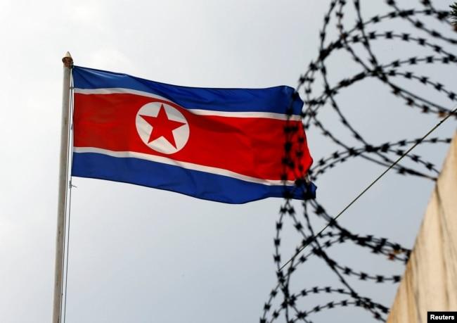 Флаг КНДР на государственной границе с Россией