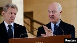 Ян Игиланд (солдо) жана Стефан де Мистура Женевадагы басма сөз жыйында. 9-март, 2016-жыл.