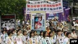 A Fálun Gong tagjai tüntetnek Hong Kongban 2006. április 29-én.
