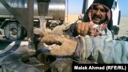 عمال يحفرون آبار مياه