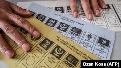 У травні Вища виборча комісія Туреччини вирішила скасувати результати голосування 31 березня, на якому переміг представник опозиції, і призначила повторні вибори