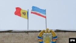 Steaguri pe sediul guvernului la Comrat