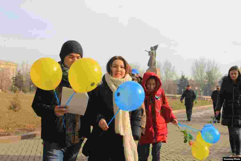 Акциянын катышуучулары Уркуя Салиеванын эстелигинен борбордук Ала-Тоо аянтына чейин жөө басып барышты.