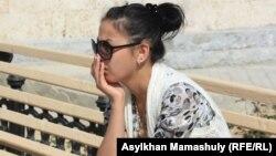 Асем, дочь Базарбая Кенжебаева, погибшего после допроса в изоляторе Жанаозена. Актау, 10 мая 2012 года.