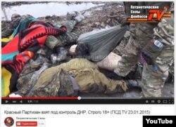 Бойовики показують тіла загиблих українських солдатів