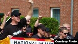 Michael Fischer (stg) la o demonstrație a extremiștilor