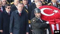 Çevrilişdən sonra Erdoğanı dəstəkləyən müxalifət repressiyaları tənqid edir