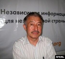«Жыл он екі ай» журналының бас редакторы, жазушы Талғат Айтбайұлы Азаттық радиосының Алматыдағы бюросында. 31 мамыр 2010 жыл.
