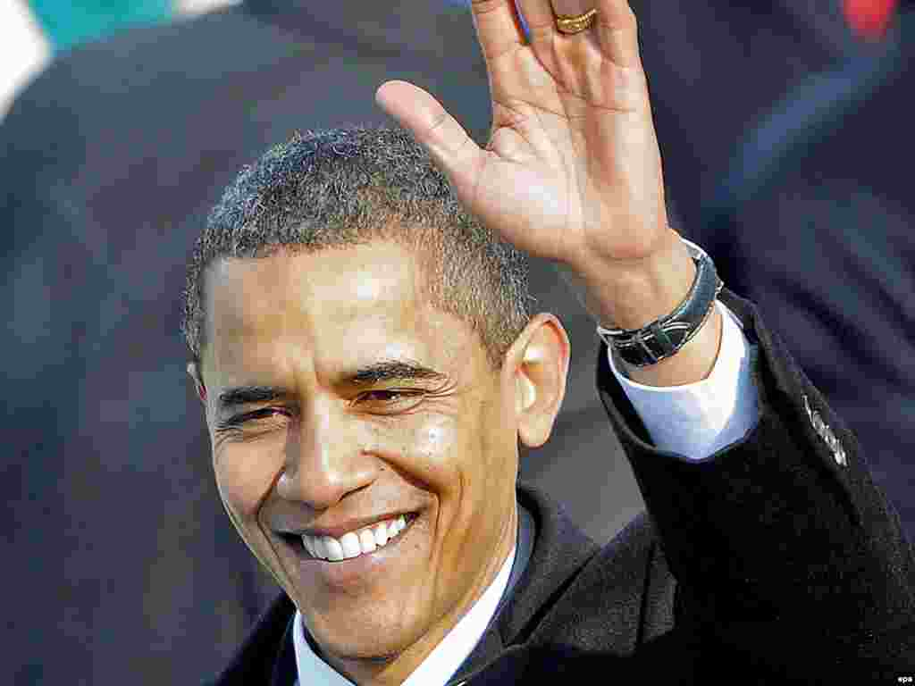 Барак Обама президенттик антын берип бүттү. - obama20 epa01606617 US President Barack Obama waves after delivering his inaugural address after being sworn in as the 44th President of the United States in Washington, DC, USA 20 January 2009. Obama defeated Republican candidate John McCain on Election Day 04 November 2008 to become the next U.S. President.