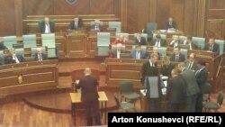 Pamje nga procesi i votimit të djeshëm për president në Kuvendin e Kosovës