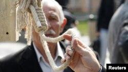 Мужчина держит веревку. Иллюстративное фото.