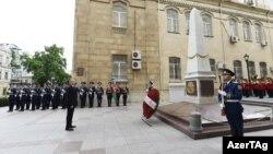 Prezident İ.Əliyev İstiqlaliyyət abidəsi önündə. Foto arxiv