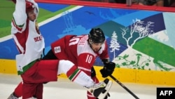 Хоккейден Швейцария және Беларус құрамаларының арасындағы ойыннан көрініс. Ванкувер, 23 ақпан, 2010 жыл. Көрнекі сурет.